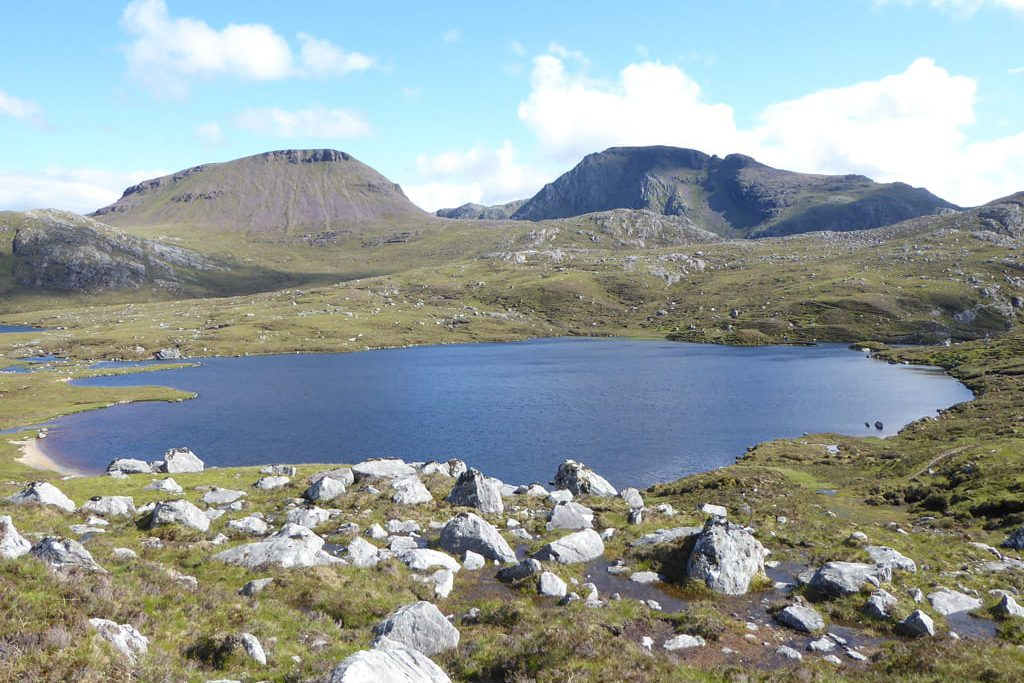 Loch side lodges with view on Fionn Loch